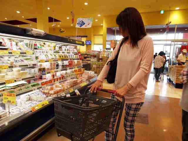 買い物をする主婦
