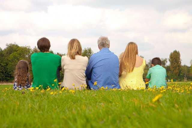 仲良く座る家族