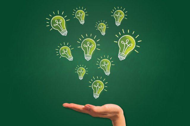 たくさんの電球とアイデア