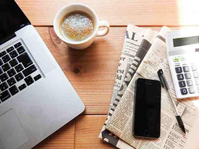コーヒーと新聞とパソコン