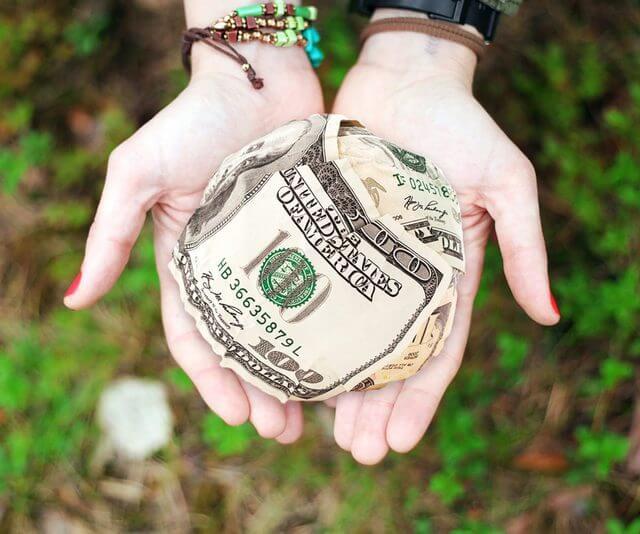 くしゃくしゃにしたドル紙幣