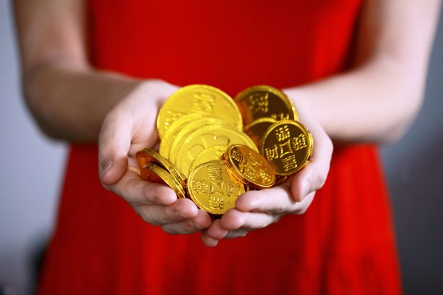 金貨を持つ手