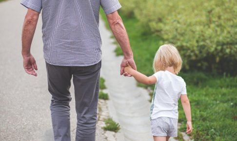 お父さんと歩く子供