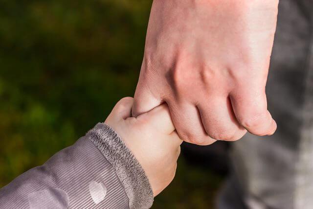 大人の指を握る赤ちゃん