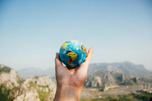 地球儀と青空
