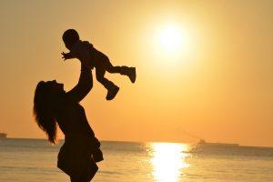 子供を持ち上げる女性