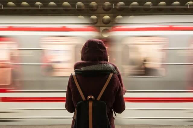 線路で待つ人