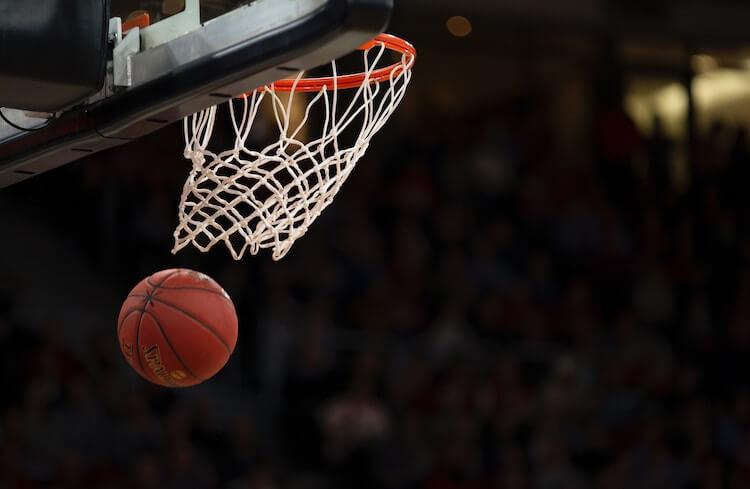 バスケットボールのシュート場面