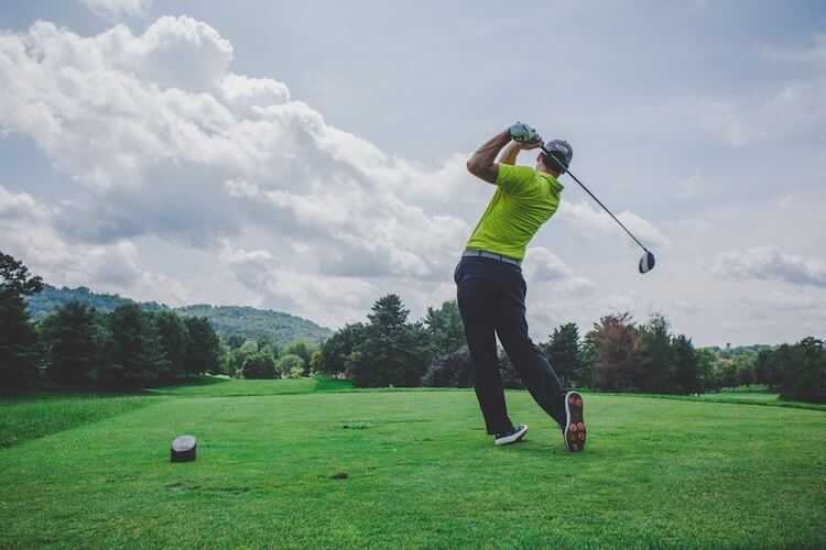 ゴルフのショットの瞬間