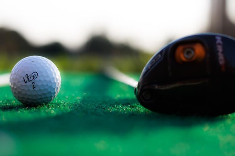 ゴルフボールとクラブ